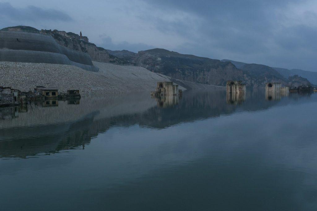 Metin Kutusu: Hasankeyf'te vadi yavaş yavaş suların altına gömülürken.